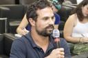 Fábio de Almeida Pinto faz perguntas aos expositores durante o debate