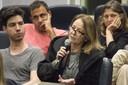Participante do público participa do debate