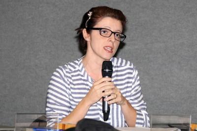 Zila van der Meer Sanchez Dutenhefner faz perguntas aos expositores