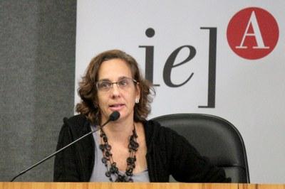 Sylvia Duarte Dantas abre o evento e apresenta o expositor