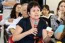 Cláudia Pavani faz perguntas ao expositor