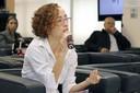 Suzana Cristina Lourenço faz perguntas aos expositores