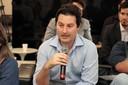 Participante do público faz perguntas aos debatedores