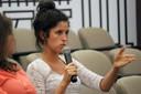 Daniela Cristina dos Santos faz perguntas ao expositor