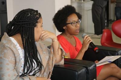 Participante do público faz pergunta aos expositores