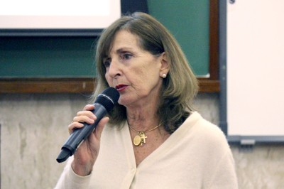 Helena Ribeiro faz perguntas aos expositores