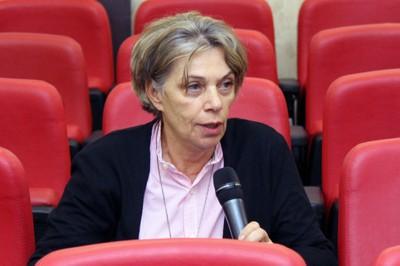 Maria da Penha Vasconcellos faz perguntas durante o debate