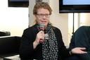 Brigitte Weiffen faz perguntas aos expositores durante o debate