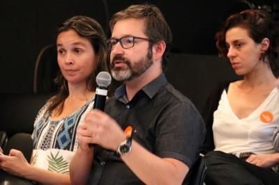 Eduardo Sena faz perguntas durante o debate