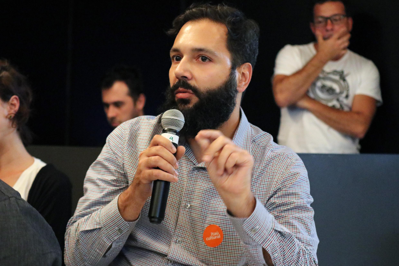 Participante do público faz perguntas durante o debate