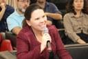 Maria Edevalcy Marinho faz perguntas aos expositores