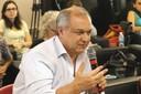 Rafael Ruiz Gonzalez faz pergunta às expositoras