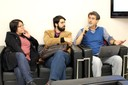Participante do público faz perguntas aos expositores