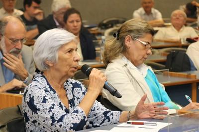 Yvonne Mascarenhas faz pergunta aos expositores