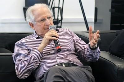 Claudio Rodrigues faz perguntas durante o debate