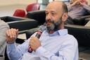 Eduardo Giacomazzi faz perguntas durante o debate