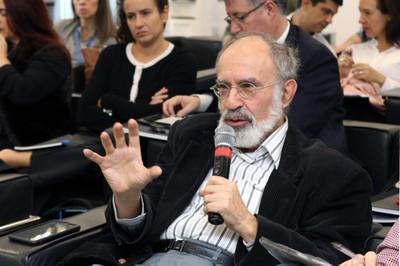 Guilherme Ary Plonski fala durante o debate