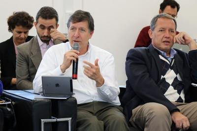 José Eduardo Krieger faz perguntas ao expositor