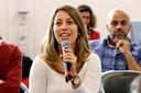 Carolina Mendonça faz perguntas durante o debate