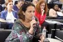 Patricia Camacho Dias faz perguntas durante o debate