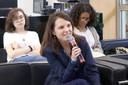 Participante do público faz perguntas a expositora durante o debate