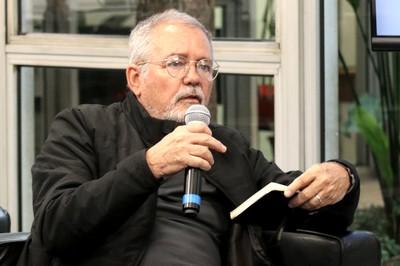 Marcio Automare faz perguntas ao expositor durante o debate