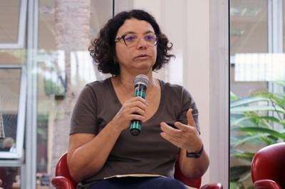 Eliana Sousa Silva  abre o evento e apresenta os expositores