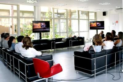 """Os participantes assistem o Apresentação do curta-metragem """"100% Boliviano, Mano"""""""