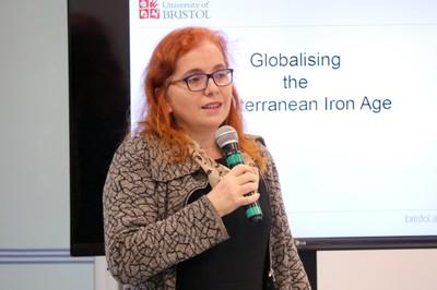 Maria Cristina Nicolau Kormikiari Passos apresenta a expositora e explica a dinâmica do debate - 05/06/2018