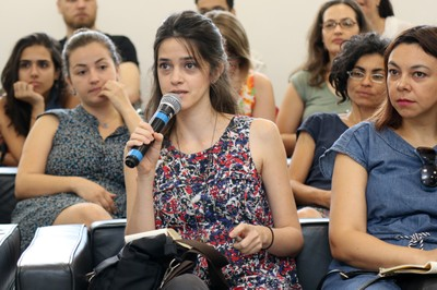 Participante do público faz perguntas durante o deabte