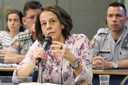 Ana Lúcia Pastore faz perguntas ao expositor durante o debate