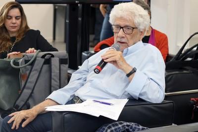 José da Rocha Carvalheiro fala durante o debate