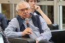 José Alvaro Moisés faz perguntas durante o debate