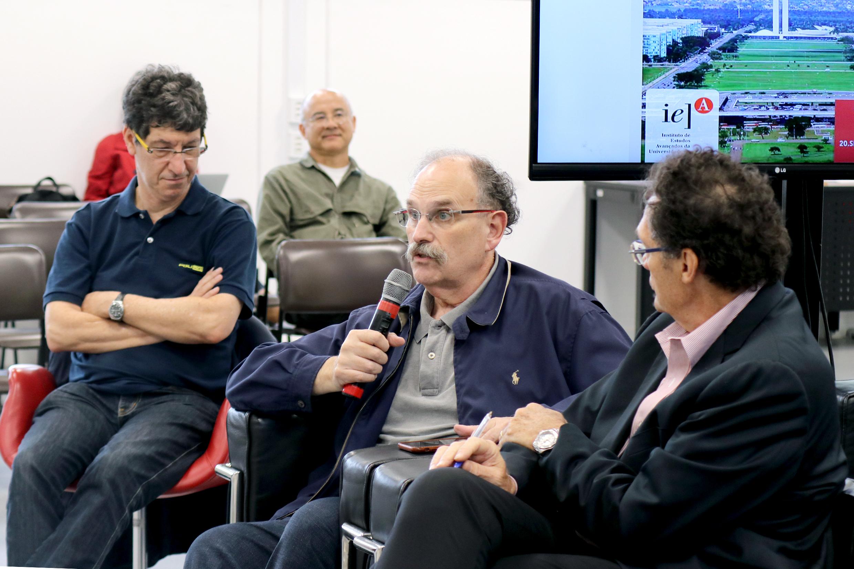 Glauco Arbix faz perguntas durante o debate