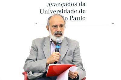 Guilherme Ary Plonski faz a abertura do evento