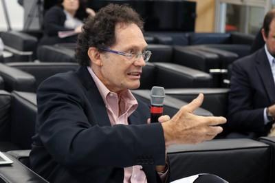 Hélio Teixeira fala durante o debate