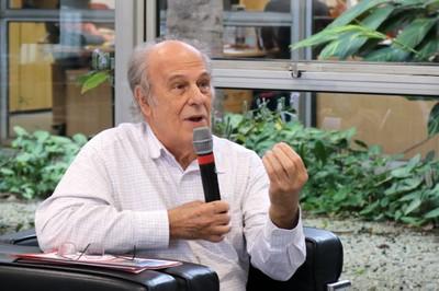Luiz Bevilacqua fala durante o debate
