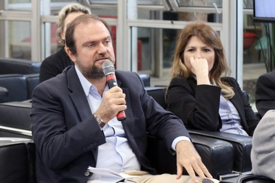 Daniel Annenberg, secretario de inovação e tecnologia da cidade de São Paulo, faz perguntas aos expositores