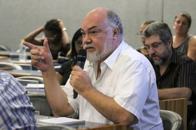 Elie Ghanem faz perguntas durante o debate