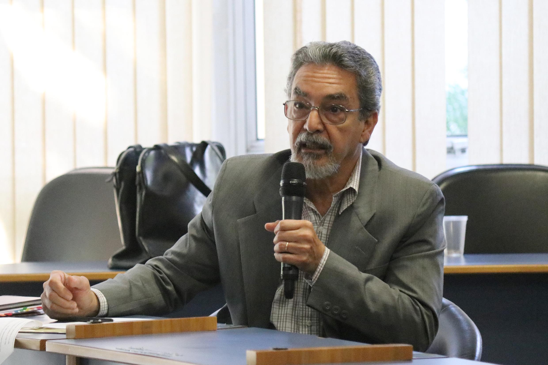 Nílson José Machado faz perguntas a expositora durante o debate