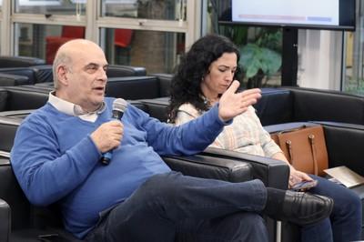 Particpante do público fala durante o debate