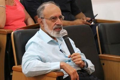 Guilherme Ary Plonski faz perguntas ao expositor durante o debate