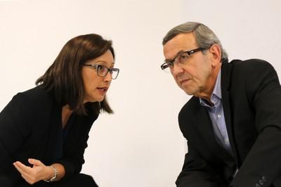 Marisa Midori traduz as perguntas dos participantes para  Jean-Yves Mollier