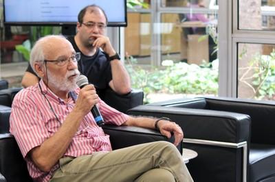 Marcos Barbosa de Oliveira faz perguntas durante o debate