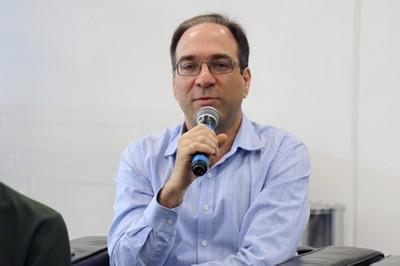 Fabio Gagliardi Cozman faz perguntas ao expositor