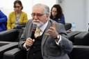 Celso Lafer faz perguntas aos expositores durante o debate