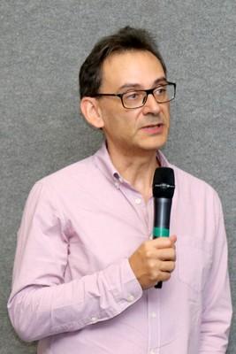 Jean Paul Walter Metzger faz perguntas para a expositora
