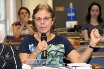 Participante do público faz perguntas para o expositor