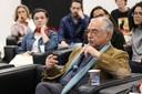 José Álvaro faz perguntas aos expositores durante o debate