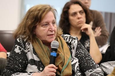 Regina Markus faz perguntas durante o debate